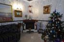 Уютный угол с камином на Новый Год в гостинице